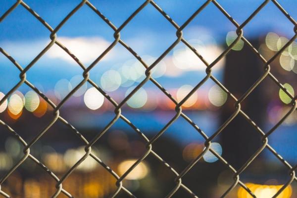 Din ce poti face un gard rezistent si usor de montat