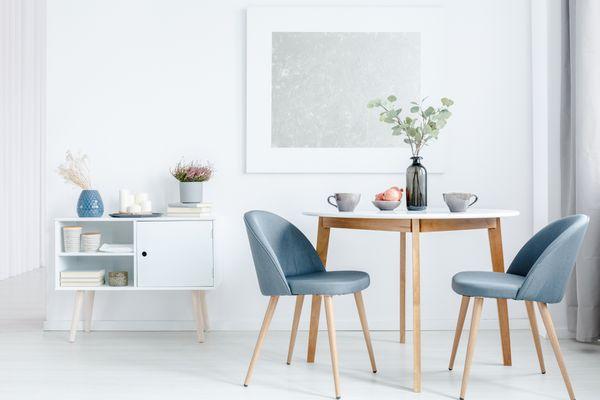 Masa de cafea si scaunele de living - elemente ce ofera personalitate unui living in stil scandinav