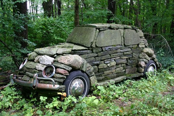 Masina acoperita cu piatra