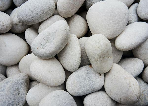 5 moduri practice de a folosi piatra decorativa in gradina ta