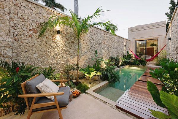 Casa urbana cu curte interioara si piscina construita pe un teren ingust si lung