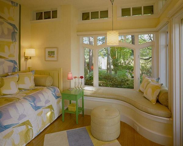 Un mic dormitor cu o Bancuta sub ferestre