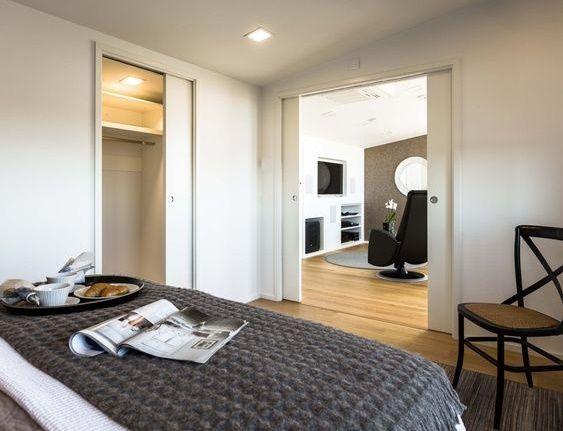 Cum sa castigi spatiu intr-un dormitor mic folosind usa glisanta