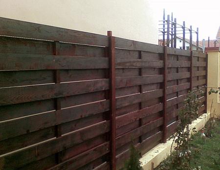 Gard din lemn cu sipci orizontale gl 004 garduri si for Modele de balcon din lemn