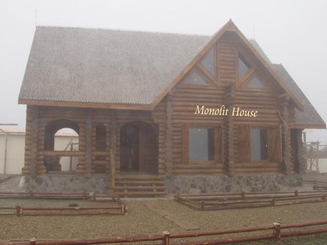 Casa din lemn rotund necalibrat case si vile case de lemn for Case de lemn rotund