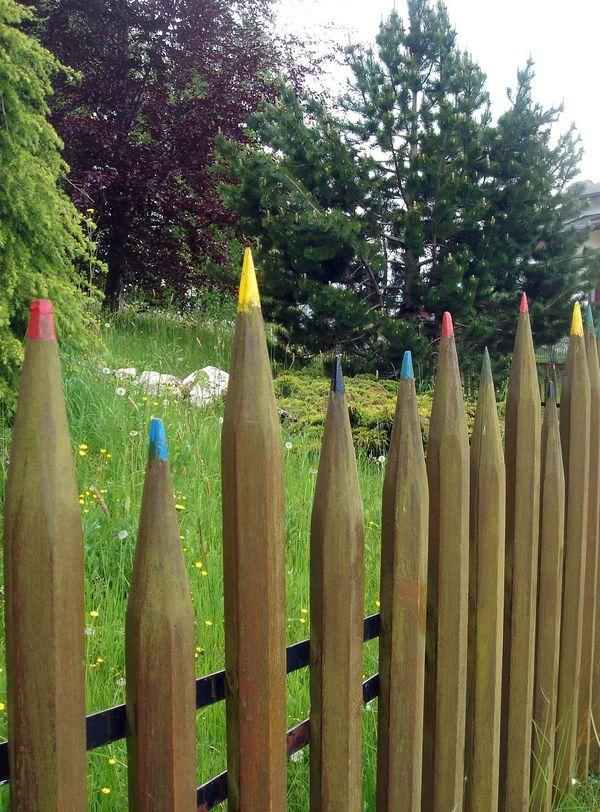 Gard sub forma de creioane colorate